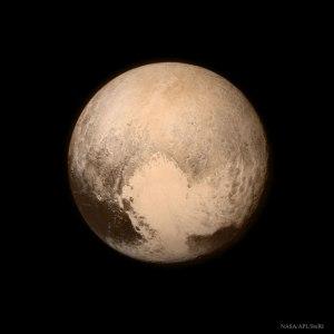 Närbild på Pluto. Ingen människa har sett planeten så tydligt förrän i förrgår.